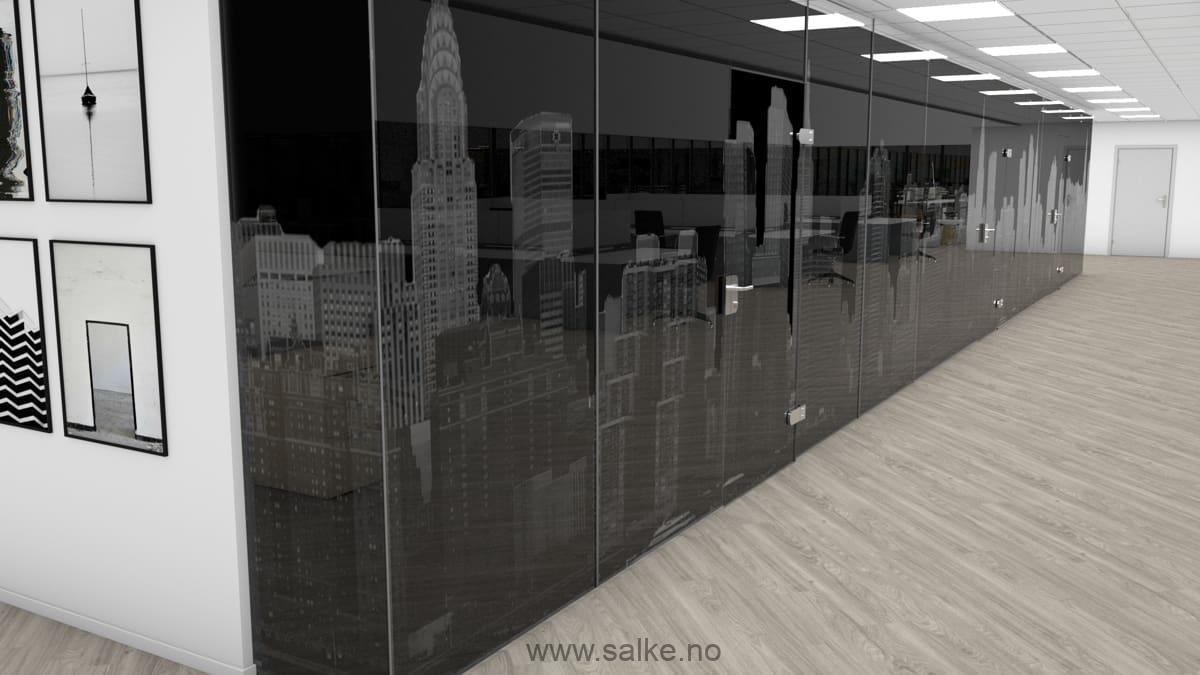 Kontor med mørk folie på glassvegger
