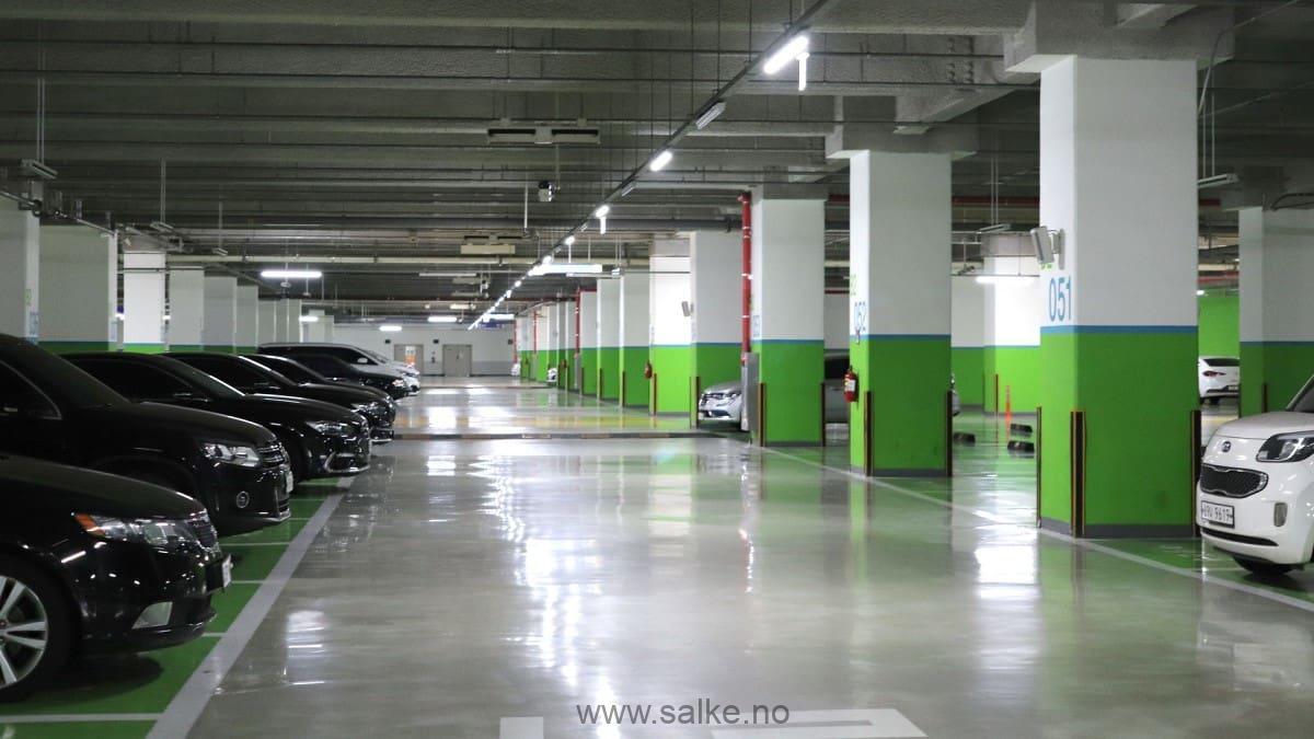 parkeringskjeller med malt gråt epoxy på betonggulv.
